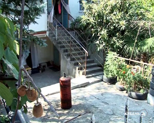 «Факты 24»: житель Сочи забаррикадировался в доме и угрожал взорвать себя, в Краснодаре на проезжей части избили семью