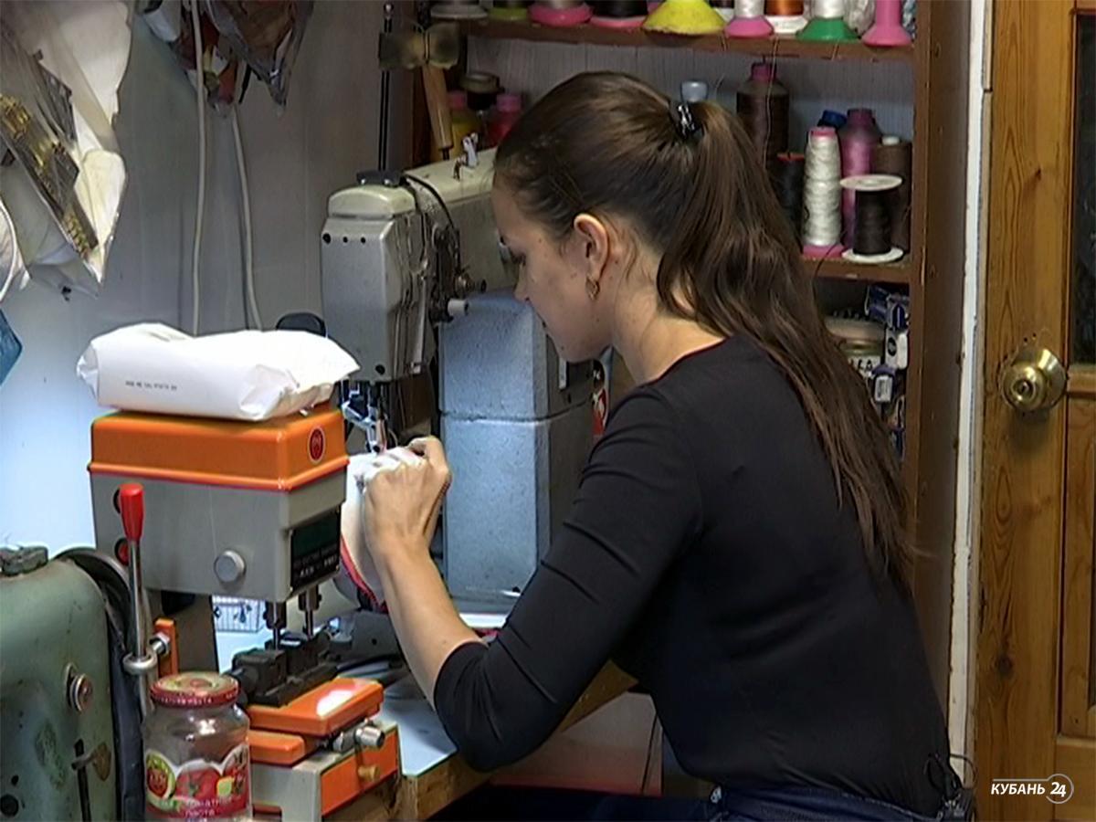 «Факты 24»: краснодарские мастера по пошиву и ремонту обуви рассказали о своем ремесле, День матери отметили на Кубани