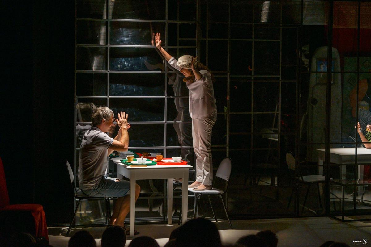 Премьера спектакля «#Он_Она_собачк@» в краснодарском Театре драмы