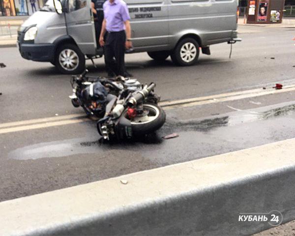«Факты 24»: в центре Краснодара грузовой фургон столкнулся с мотоциклом, на Кубани объявили экстренное предупреждение по непогоде