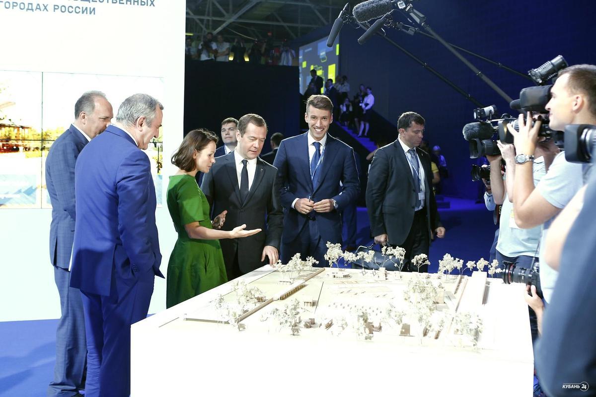 «Факты 24»: Кондратьев рассказал Медведеву о формировании городской среды Краснодара, возле Театральной площади оборудуют стоянку для электромобилей
