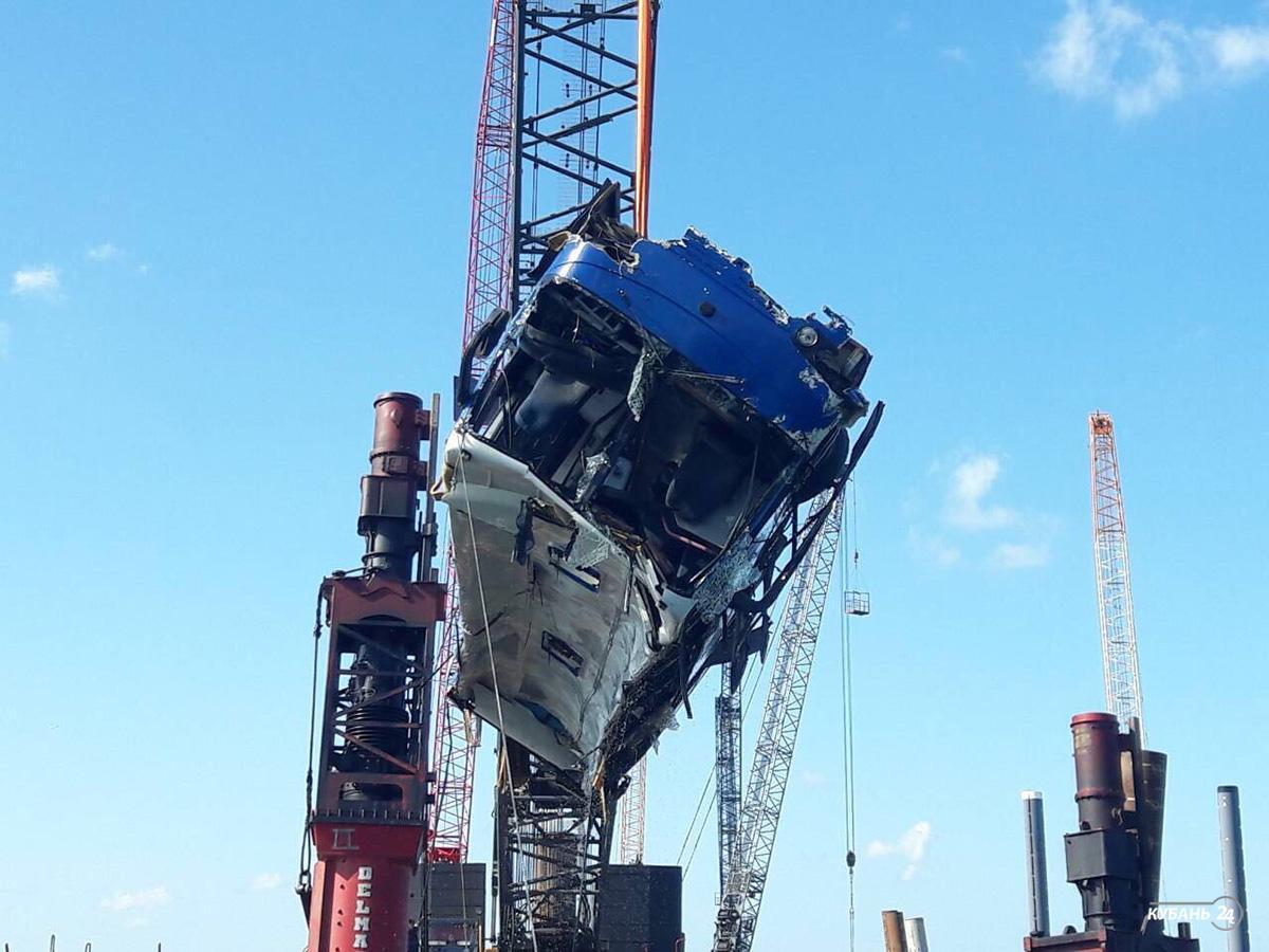«Факты. Спецвыпуск»: в Темрюкском районе вахтовый автобус упал с пирса в море, есть погибшие