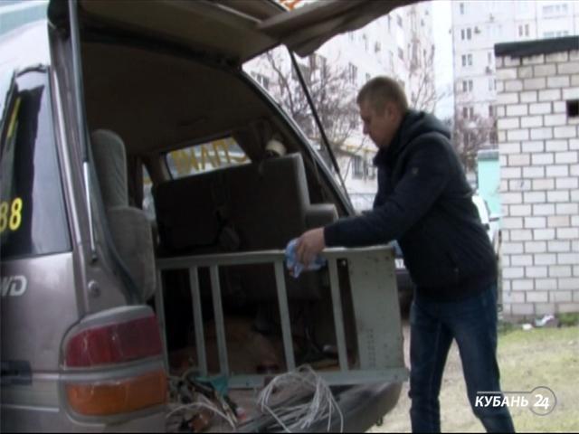 «Факты 24»: в Новороссийске с крыши дома на автомобили упали части лифта, в станице Медведовской открыли малобюджетный спортивный комплекс
