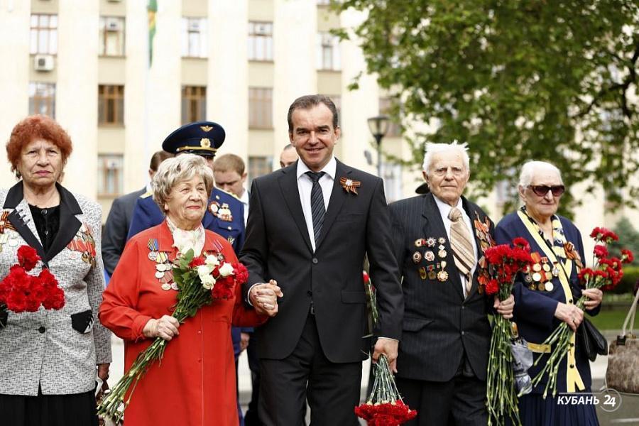 «Факты 24»: Вениамин Кондратьев вместе с ветеранами возложил цветы в Краснодаре, на Кубани участие в акции «Бессмертный полк» приняли более 580 тыс. человек