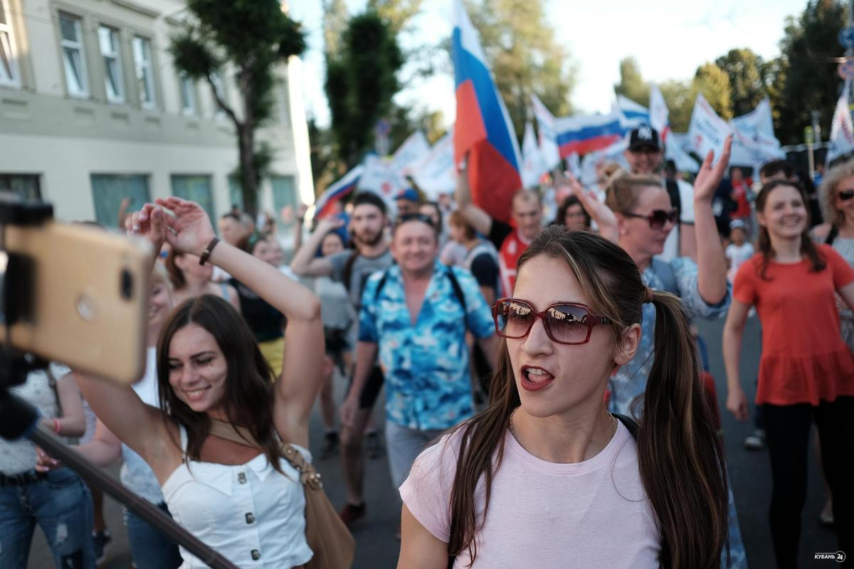 Танцевальный флешмоб в поддержку сборной России по футболу в Самаре