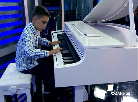 Ученик Межшкольного эстетического центра Михаил Перкин: я играю на фортепиано два-три часа в день