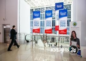 Кондратьев и Козак осмотрели стенды Международного инвестфорума в Сочи