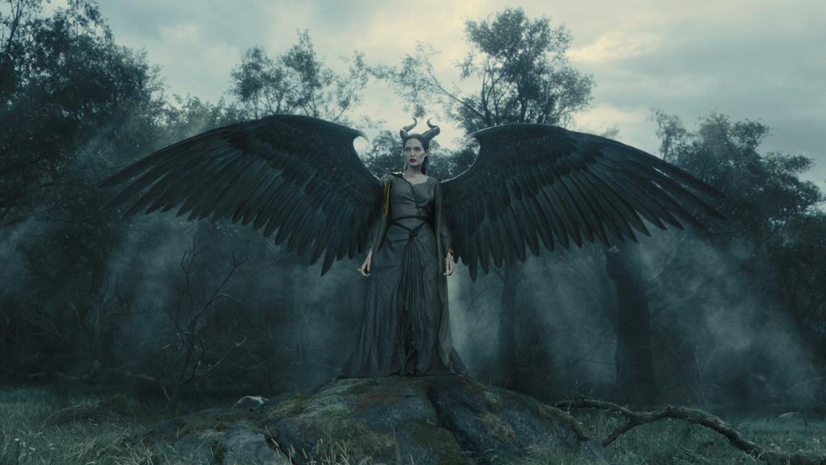 Кто нарисовал крылья Анджелине Джоли?