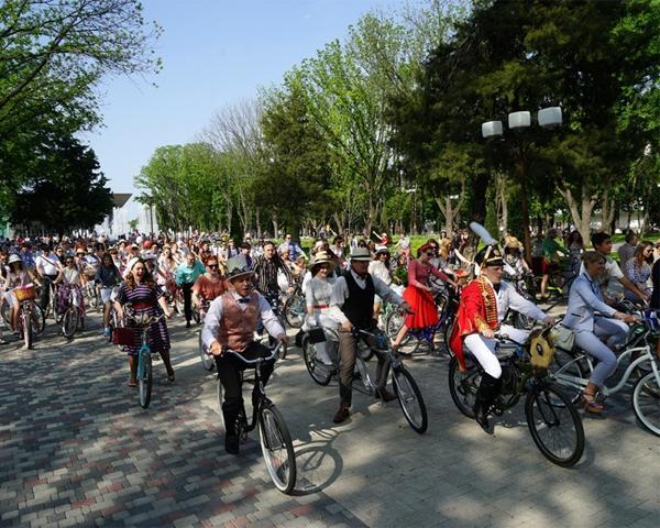 В велопрогулке в стиле ретро приняли участие 300 краснодарцев