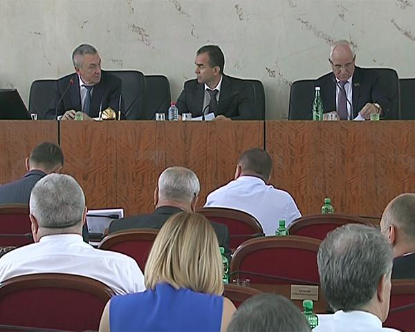 Кондратьев: бюджет 2016 года предстоит максимально адаптировать к соцсфере