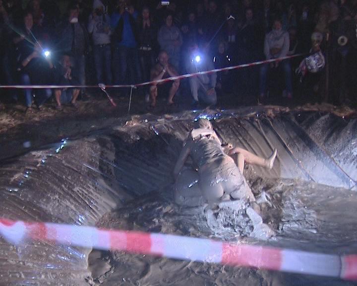 На байк-фестивале в Темрюкском районе прошли женские бои в грязи