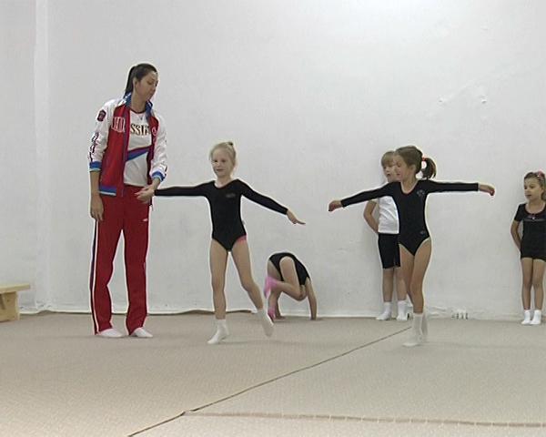 Как дети делают первые шаги в художественной гимнастике