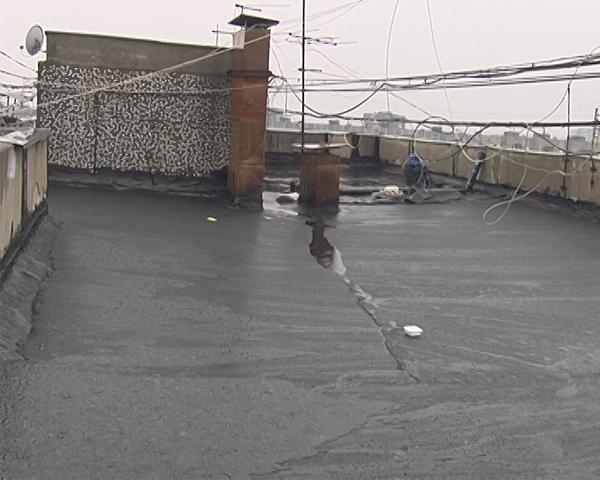 В Краснодаре затапливает жителей девятиэтажки из-за незаконченного ремонта крыши