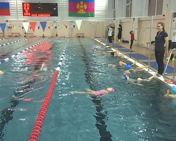 Как дети делают первые шаги в синхронном плавании