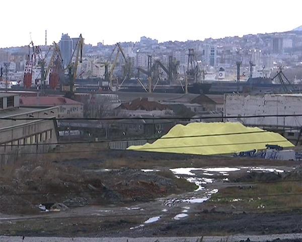 Жители Новороссийска пожаловались на склад комовой серы рядом с домами