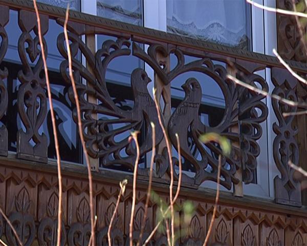 Ремесленник из Горячего Ключа украшает дома кружевной резьбой