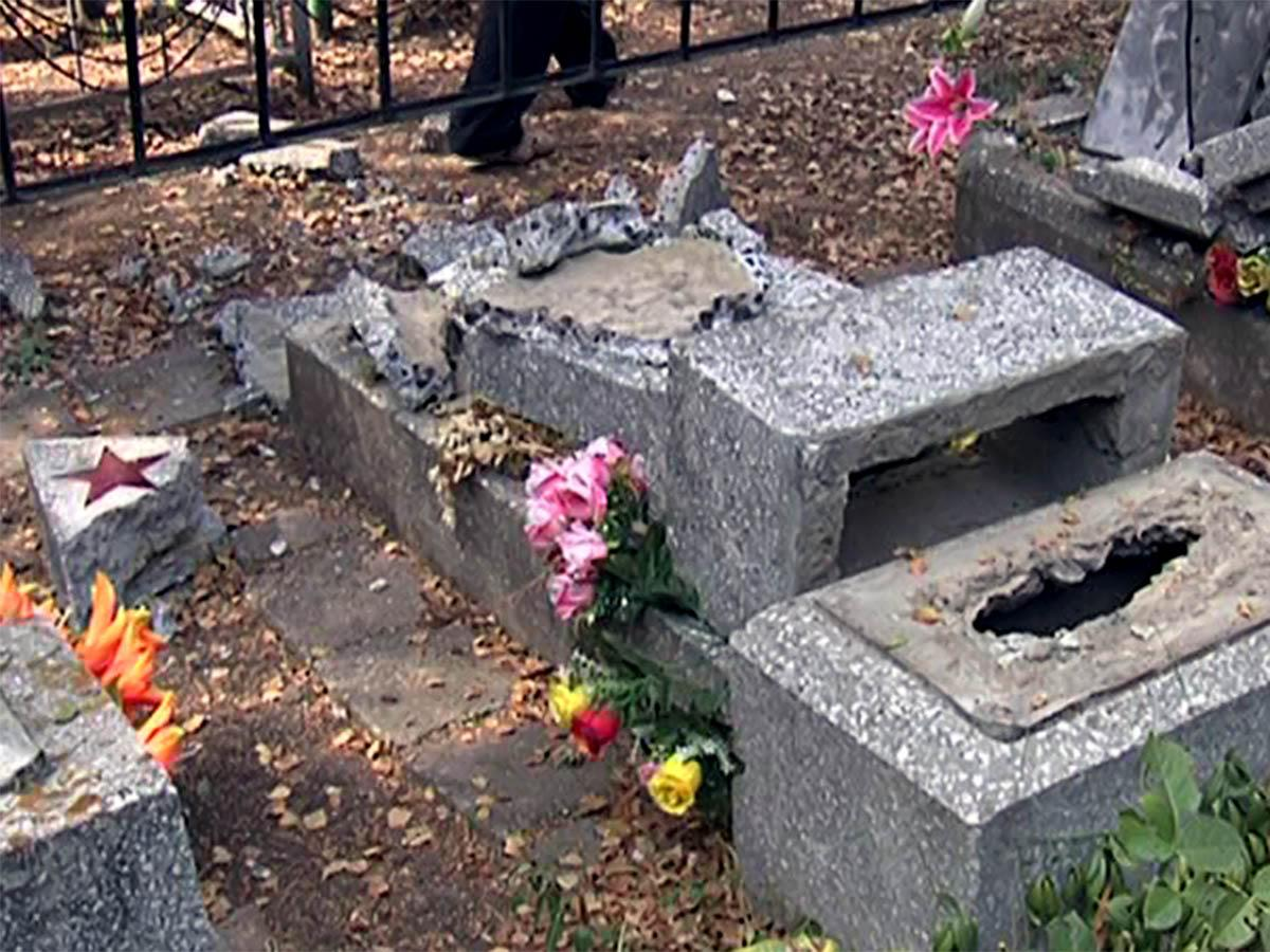 В Краснодаре вандалы устроили погром на кладбище