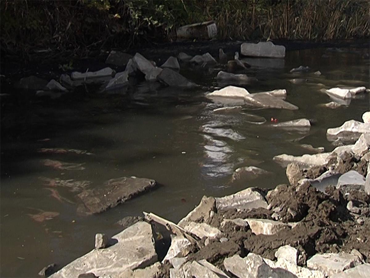 Краснодарцы обвинили застройщика в загрязнении водоотводного канала