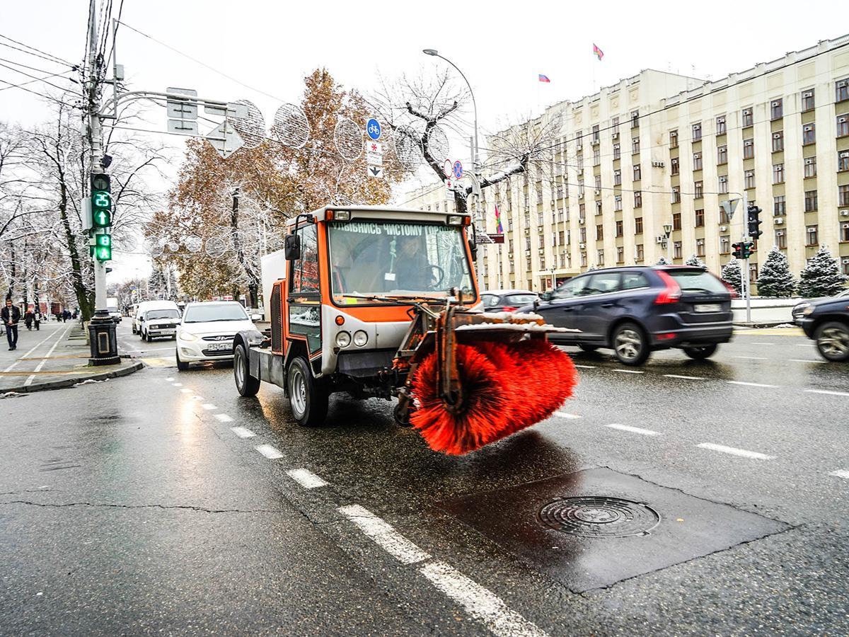 Как на Кубани коммунальные службы и водители справились с первым снегом