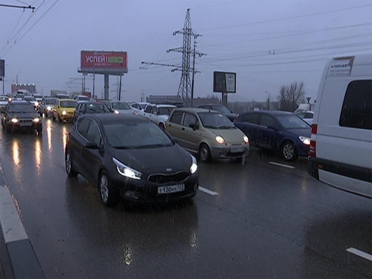 На дорогах Краснодара из-за снега образовались многокилометровые пробки