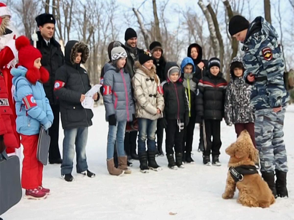 В Краснодаре сотрудники полиции провели новогодний квест для детей