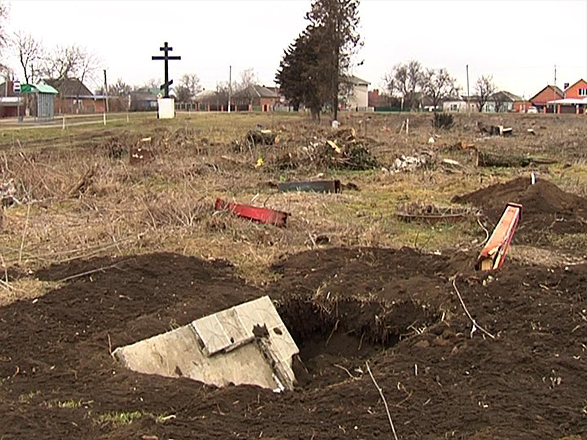 В Кореновске субботник на старинном кладбище закончился уничтожением надгробий