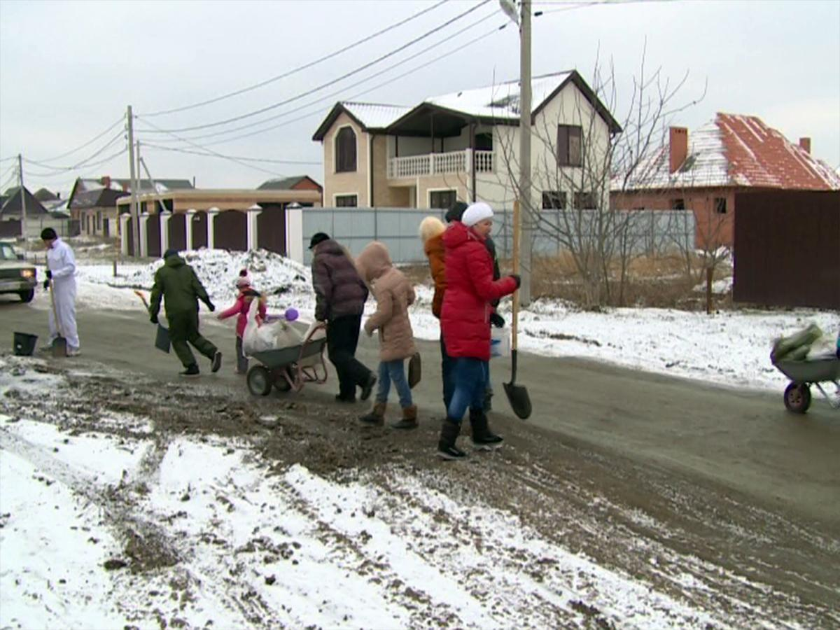 Жителям пригорода Краснодара пришлось самостоятельно ремонтировать дорогу