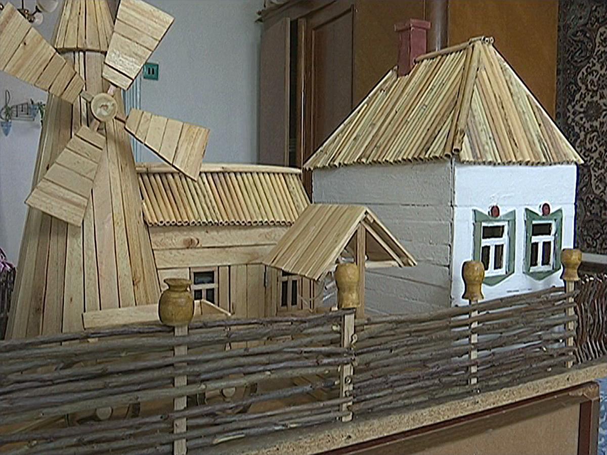 В Новопокровском районе пенсионер создал макет казачьего подворья