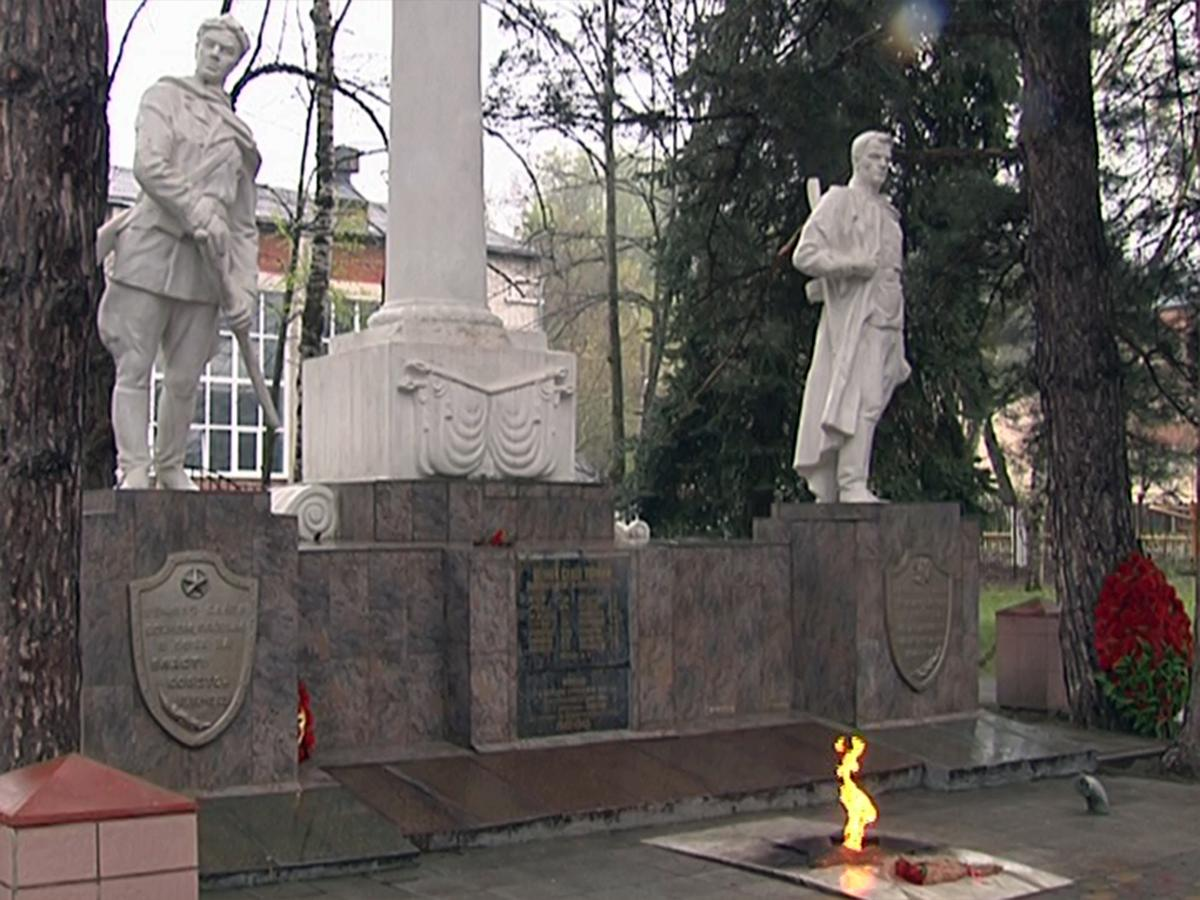 В Горячем Ключе две студентки колледжа станцевали на мемориале «Вечный огонь»