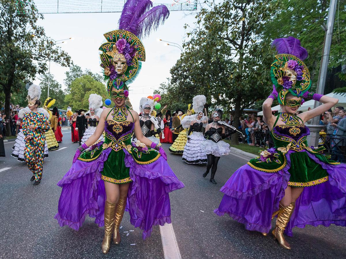 В Сочи официально открыли курортный сезон шествием «Карнаваллето»