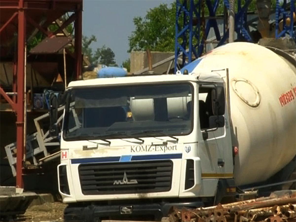 В Крымском районе фирма-конкурент перегородила выезд поставщику бетона
