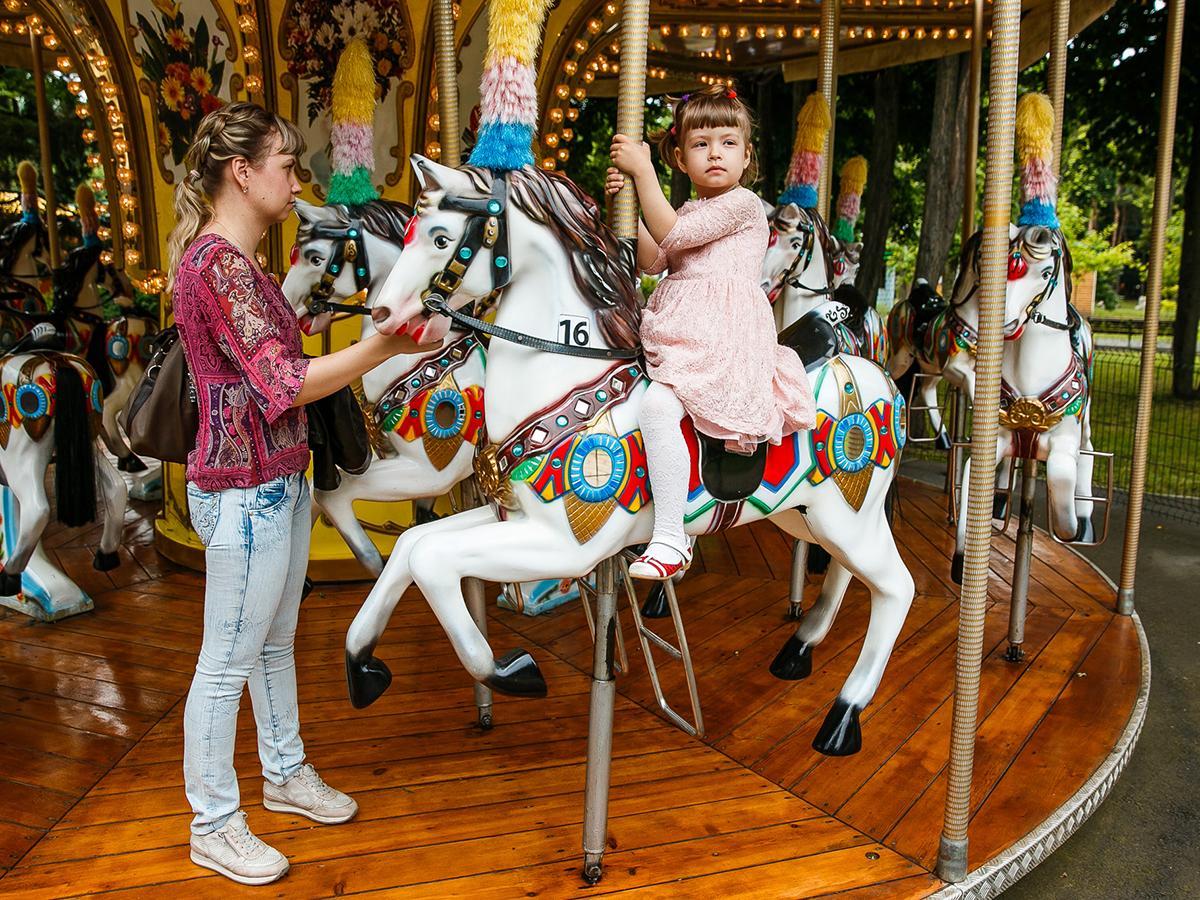 Дети устроили аншлаг на аттракционах в парке Краснодара