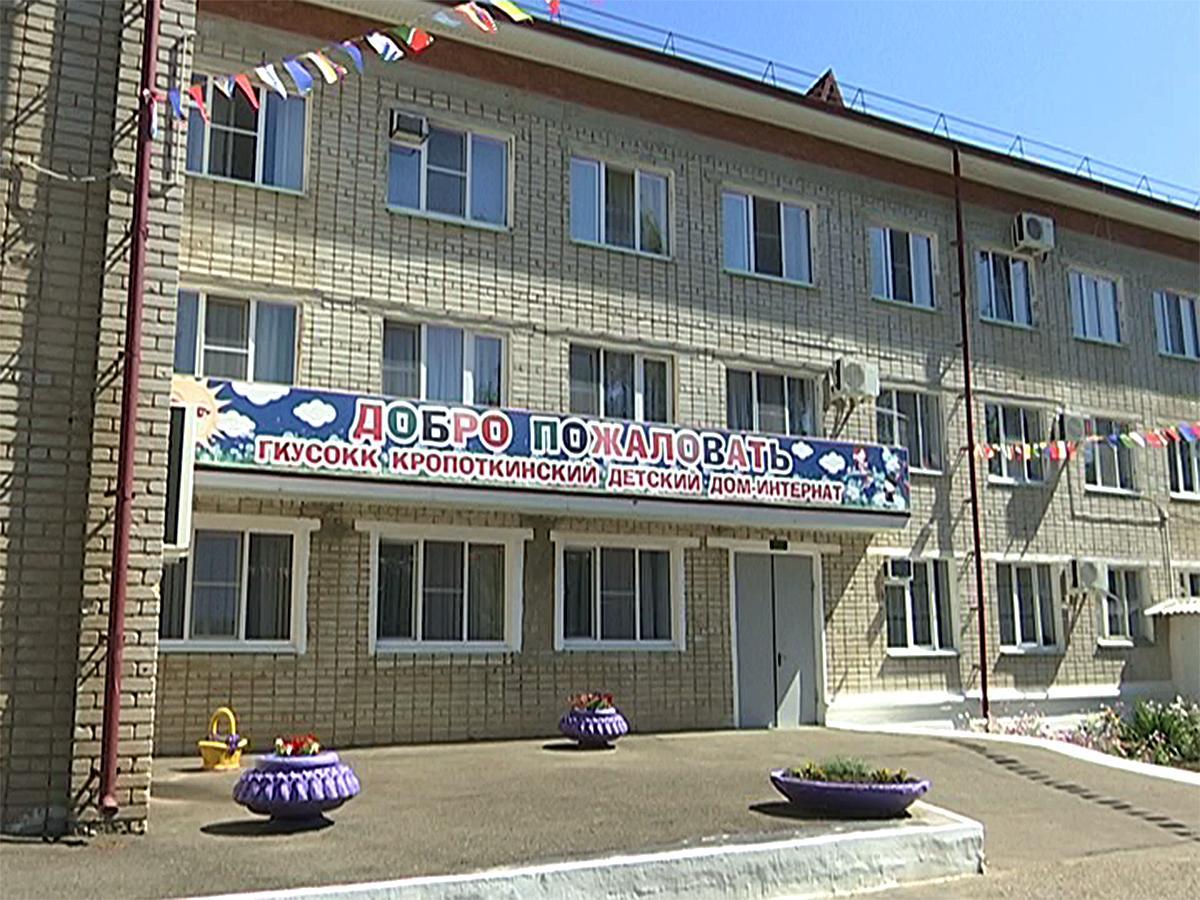 Анна Минькова посетила интернат в Кропоткине и спецшколу в Армавире