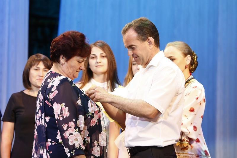 Медали «Родительская доблесть» получили 15 кубанских семей