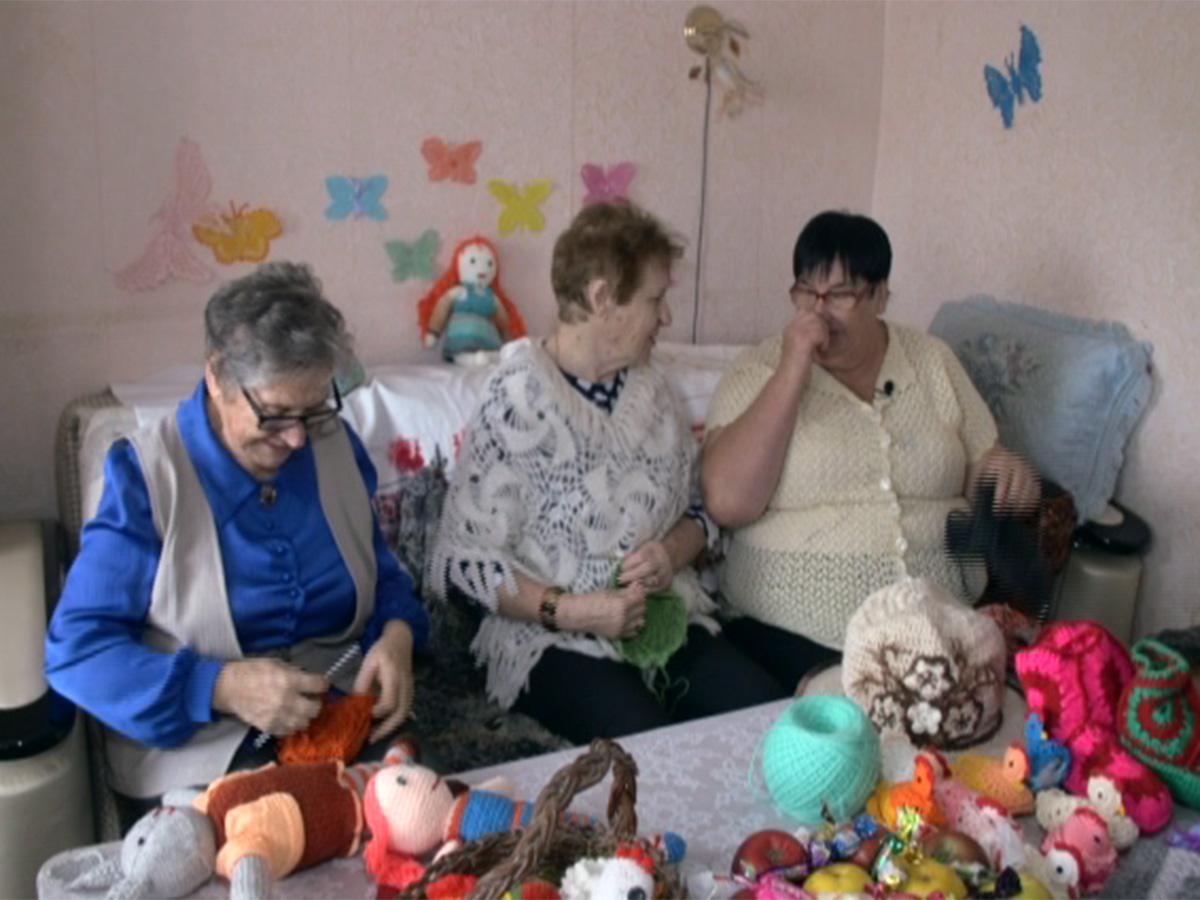 Пенсионерки из Крымска вяжут вещи для детского дома