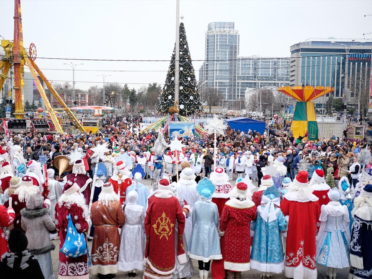 Деды Морозы со всего края зажгли главную елку Краснодара