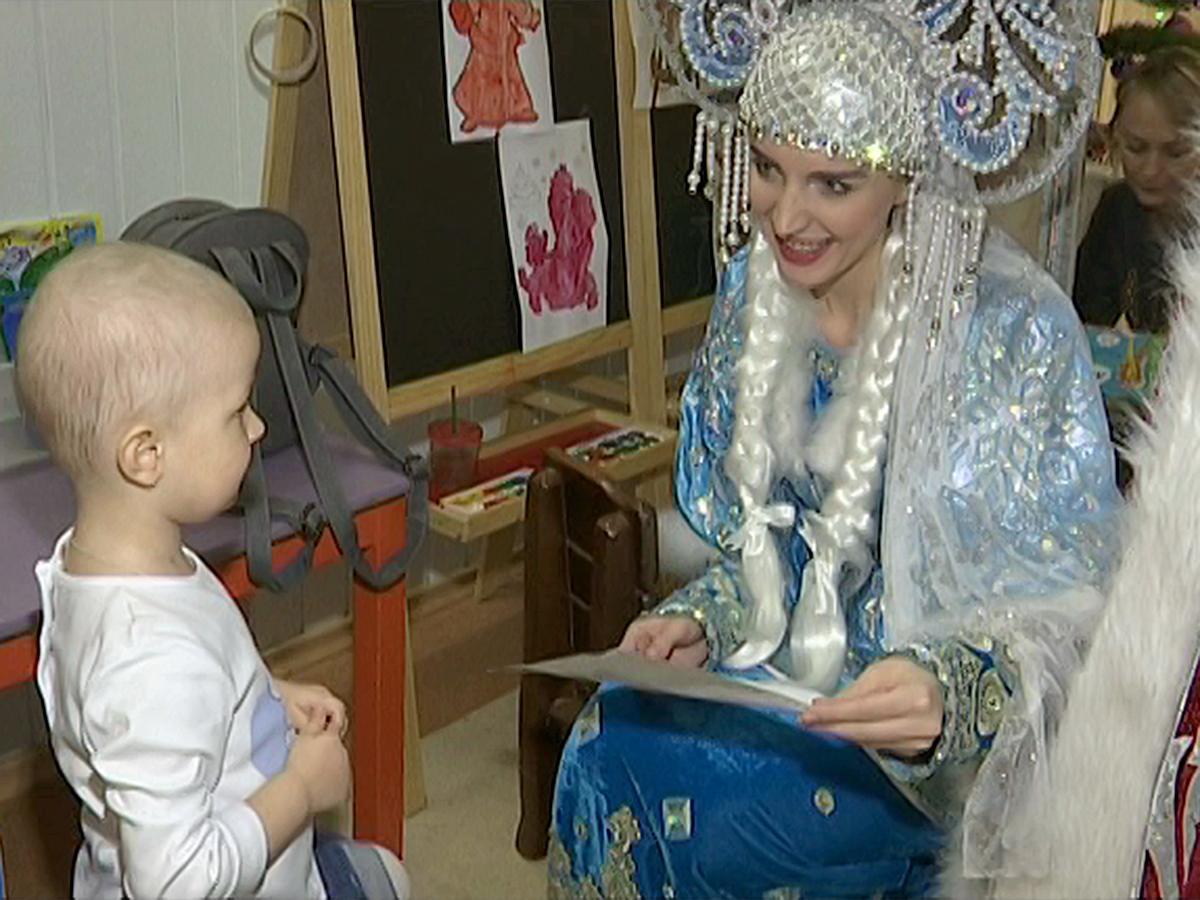 В рамках акции «Елки желаний» тяжелобольные дети получили подарки