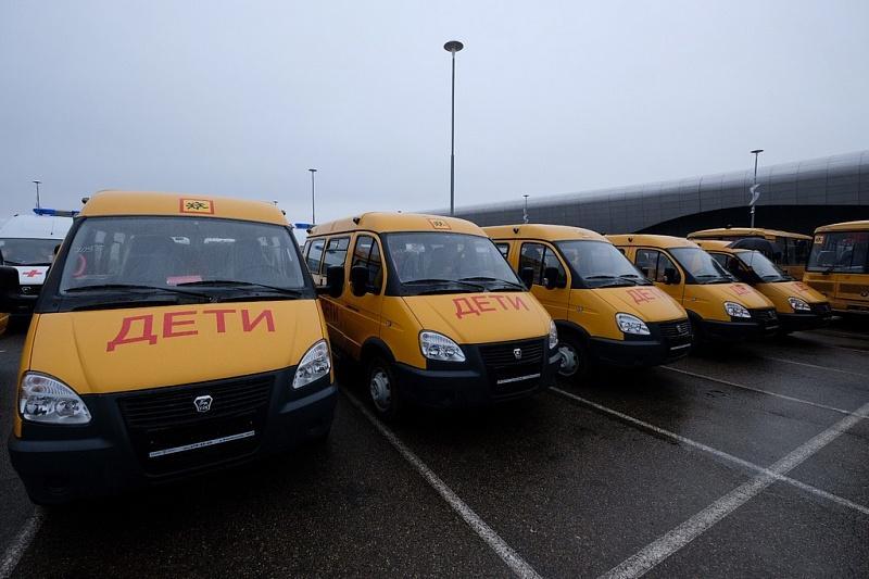 Муниципалитетам края на церемонии в Краснодаре передали 41 машину скорой и 33 школьных автобуса