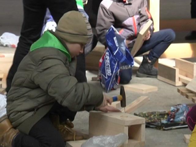 В Апшеронске специалисты мебельной фабрики научили школьников делать скворечники