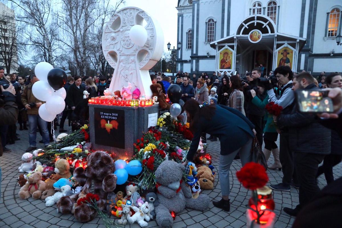 Жители Краснодара почтили память погибших при пожаре в ТЦ Кемерова