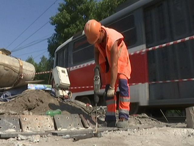 Как работают в кубанскую жару кондукторы, дорожники и спасатели
