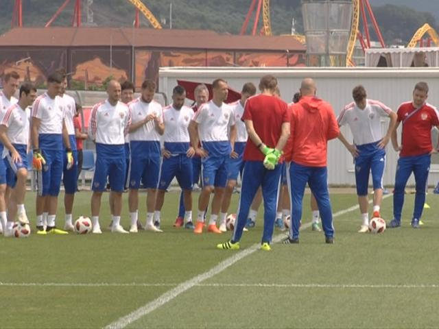 Как прошла первая открытая тренировка сборной России по футболу в Сочи