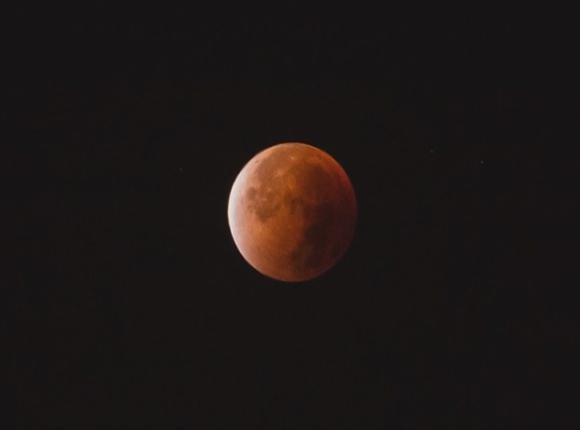 Заведующий обсерваторией КубГУ: луна полностью погрузится в тень в 22:30
