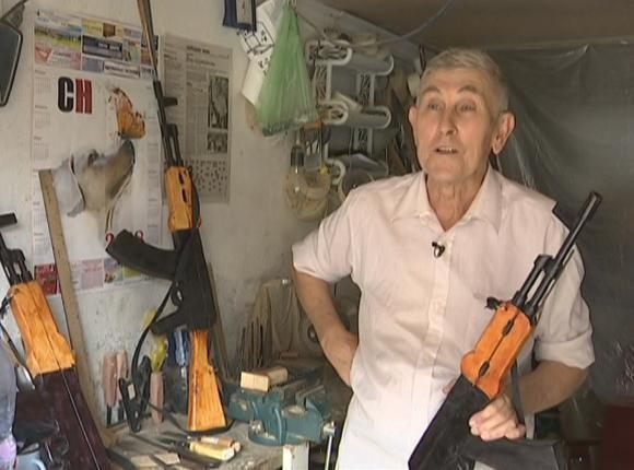 Житель Усть-Лабинска сделал из дерева точные копии автомата Калашникова