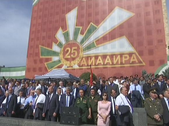 Кубанские казаки прошли на параде в честь 25-летия независимости Абхазии