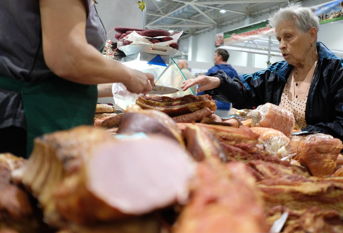 Во второй день «Кубанской ярмарки» спросом пользуются хлеб, колбаса и саженцы