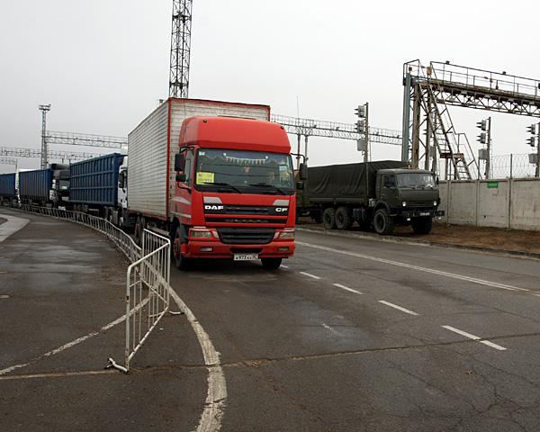 На Кубани 400 большегрузов больше недели ждут переправы в Крым
