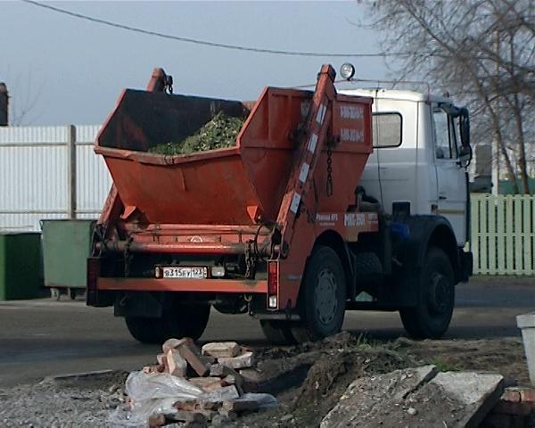 Выброшенные в Краснодаре елки утилизируют на свалке