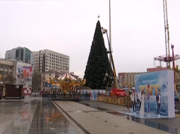 В Краснодаре начался демонтаж главной новогодней ели