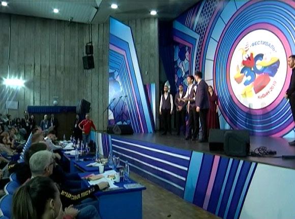 В Сочи стартовал 30-й юбилейный фестиваль «КиВиН»